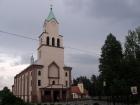 widok na kościół i dom przedpogrzebowy