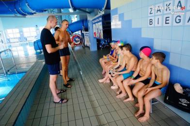 Policjanci uczą dzieci pływać