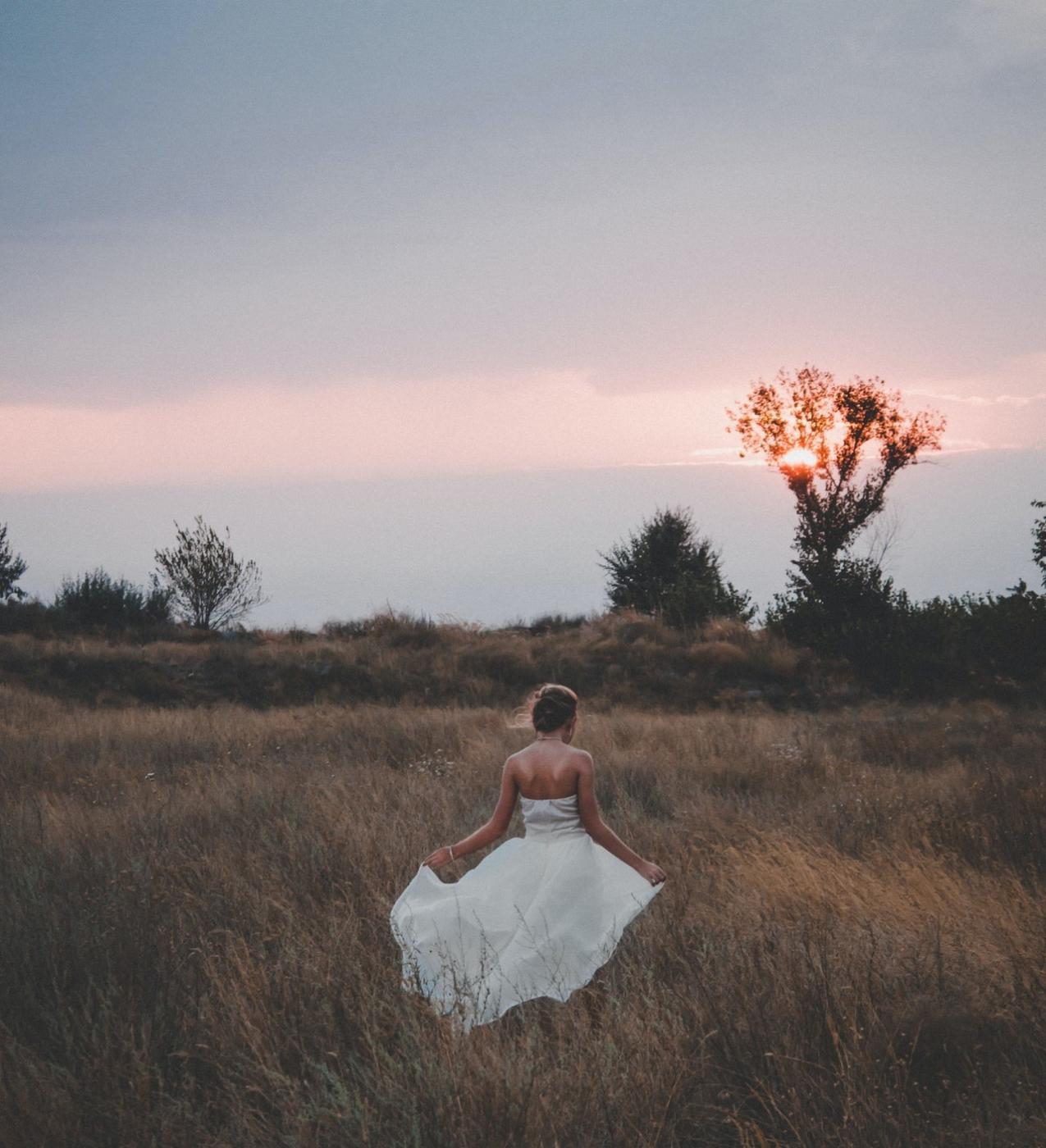 Dlaczego warto wybrać suknie ślubną z odkrytymi plecami?